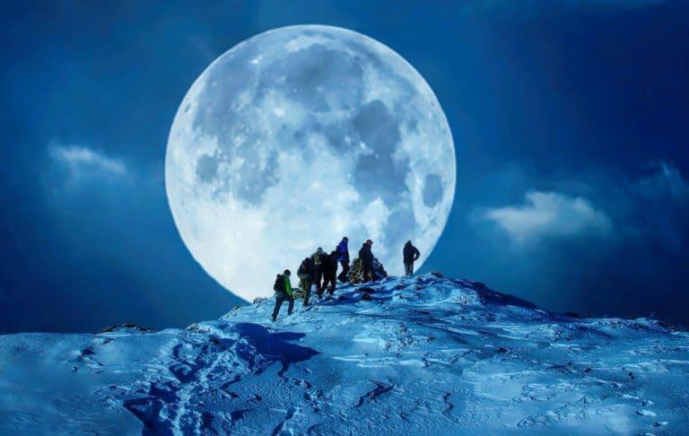 Excursiones nocturnas con raquetas de Nieve con luna en madrid con Dreampeaks. Raquetas de Nieve en Madrid