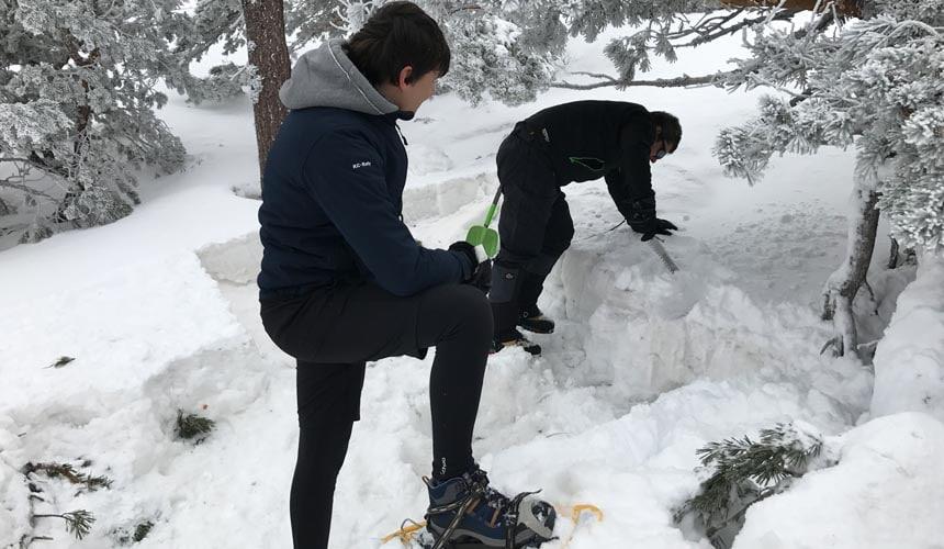 Construye un Iglú. Raquetas de Nieve en Madrid con Dreampeaks
